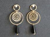 Altın Renk Spiral Ve Siyah Taşlı Sallanan Küpe